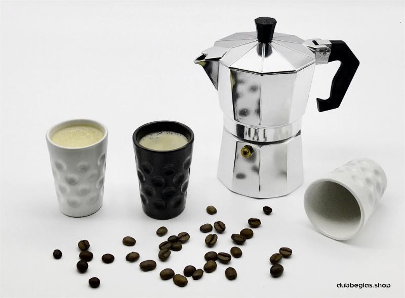 Die weiße und schwarze Espresso Dubbetasse